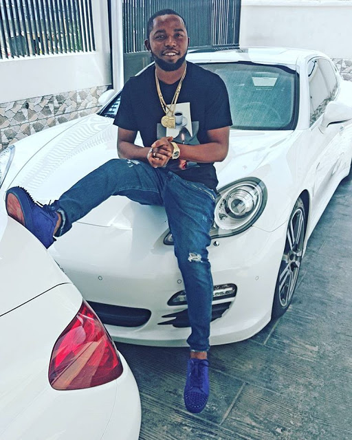 See Yahoo Boy, Otunba Cash Spraying Dollars On Oritsefemi + How He Spent Money With His Gang  (Video)