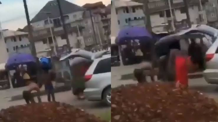 , Suspected yahoo boys bath on a busy road for ritual purpose (video), Effiezy - Top Nigerian News & Entertainment Website
