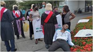 Magistrate slumps at entrance to Gov Ayade's office as protest enters second day for non payment of salary