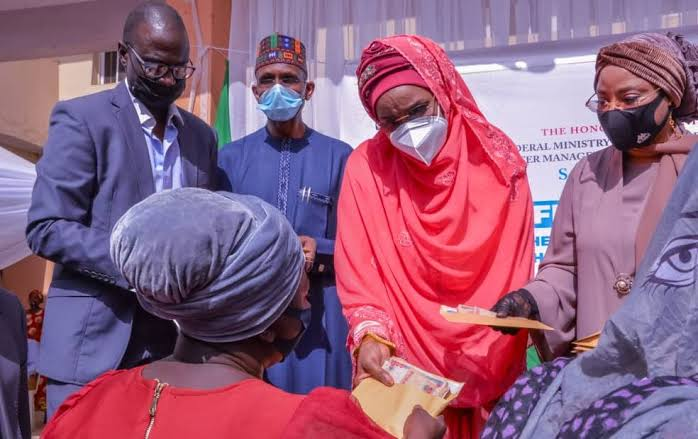 , FG distributes N20,000 each to 8,000 women in Lagos, Effiezy - Top Nigerian News & Entertainment Website