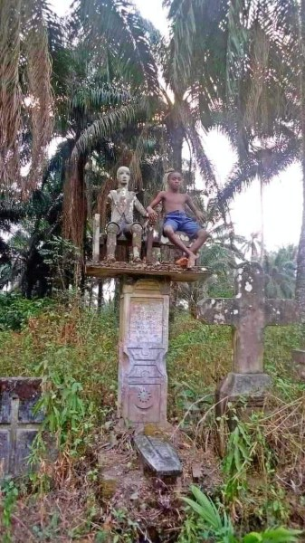 """, """"The next generation will have no regard for the 'gods'"""" – Nigerian pastor says as he shares photo of a boy sitting beside a deity in a shrine, Effiezy - Top Nigerian News & Entertainment Website"""