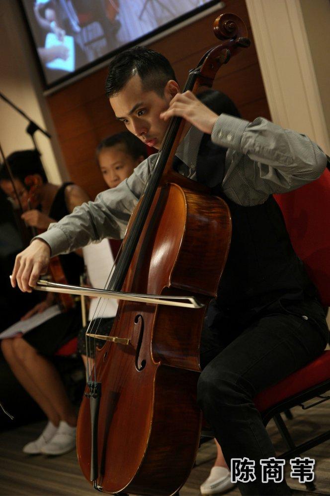 陈商苇 大提琴音乐老师 自闭症青年 生于音乐家庭 出生于马来西亚 柔佛州 新山 陈商苇出师于 New Opera Ltd 音乐总监 以及 Singapore Symphony Orchestra 大提琴家 Chan Wei Shing 先生 A02