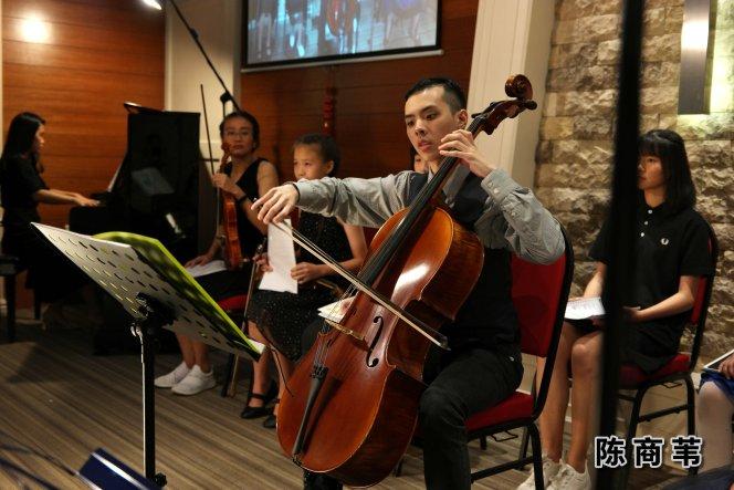 陈商苇 大提琴音乐老师 自闭症青年 生于音乐家庭 出生于马来西亚 柔佛州 新山 陈商苇出师于 New Opera Ltd 音乐总监 以及 Singapore Symphony Orchestra 大提琴家 Chan Wei Shing 先生 A03