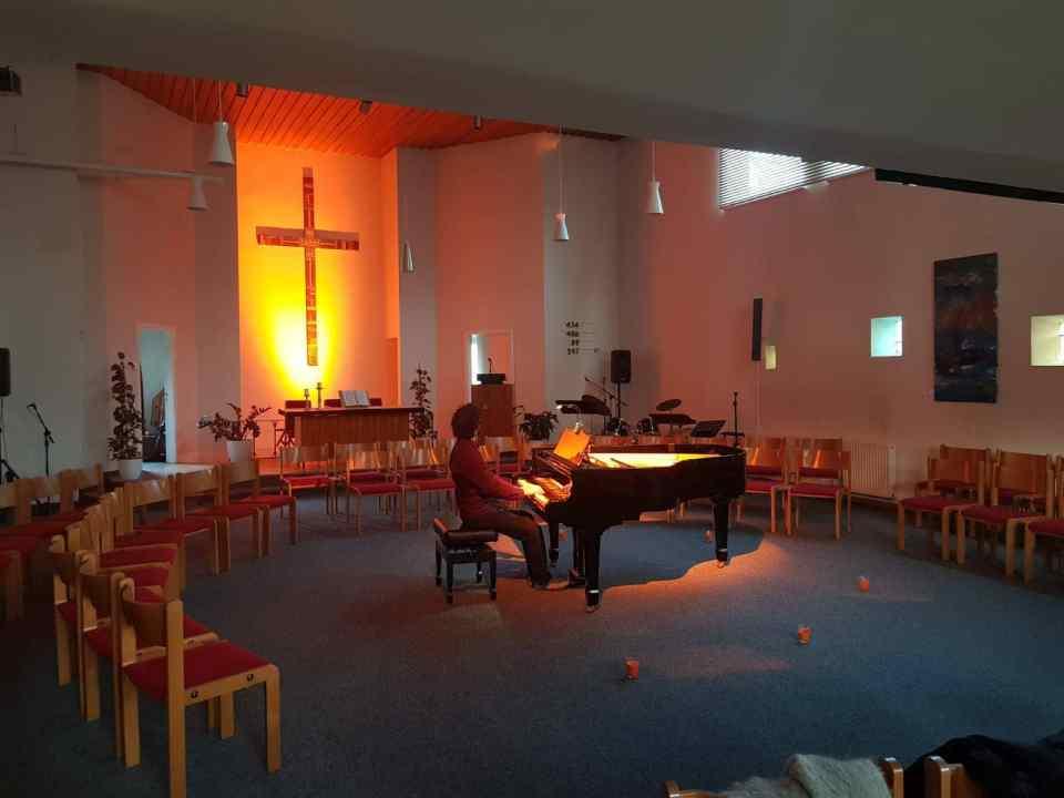 Gemeindesaal mit Klavierspieler