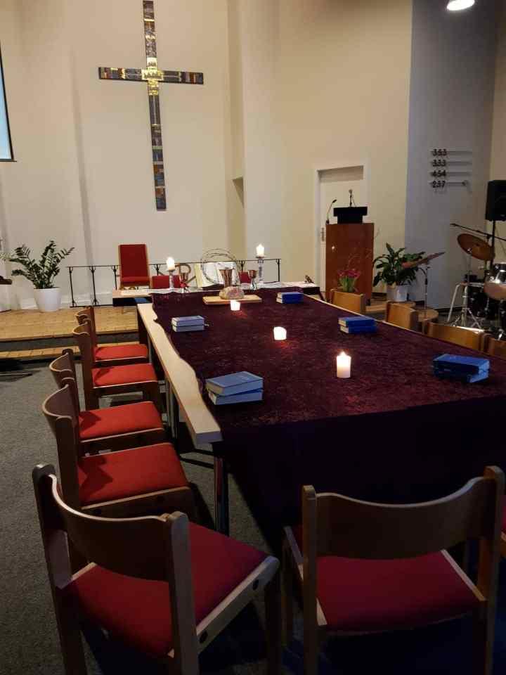 Tisch im Gemeindesaal