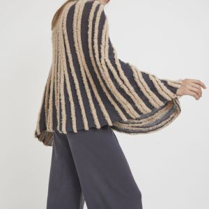Open flowy poncho, with a ribbed V neck trimming