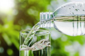 Viel Wasser trinken polstert die Haut von innen auf