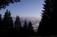 """Maierhöfen. Ascension de la Kugel (la """"Boule""""), montagne qui domine le village. Depuis le sommet, vue sur les sommets alpins à la frontière entre Allemagne et Autriche."""