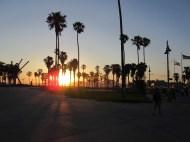 L'Ocean Front Walk de Venice. Les Doors se sont formés dans le coin. Schwarzie a soulevé de la fonte à Muscle Beach. The Dude habite à un jet de pierre de là. Et la promenade au bord de l'océan abonde en artistes, allumés en tout genre et marchands de pacotilles.