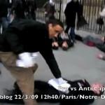 Un faf arrache les tracts des manifestants