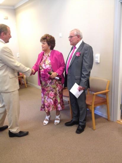 0bf2106c464f ... min kusins bröllop. Finns det någon som sticker ut kanske? Eventuellt  damen i lila (med tillhörande lila fjäderboa…). En bild från hennes bröllop  2012.