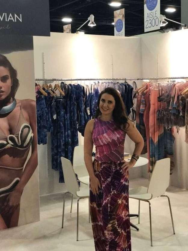 A estilista Karla Vivian expôs sua marca pelo terceiro ano consecutivo na maior feira de beachwear do mundo - Foto Divulgação - Xs Excesss Comunicação