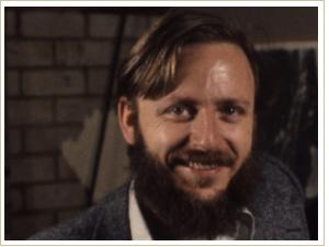 """Dan O'Bannon. American. En 1971, inscrits dans le département de cinéma de l'Université de Californie du Sud, et il co-produit le John Carpenter et le court métrage """"Dark Star"""" en 1974. Après le naufrage de """"DUNE"""", il a notamment travaillé sur """"Le Retour des morts-vivants"""" (1985) et sur """"Total Recall"""" dans les années 90."""