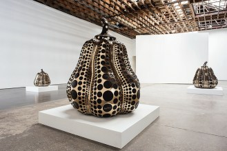 yayoi-kusama-victoria-miro-gallery-sculptures-paintings-mirror-rooms-designboom-05