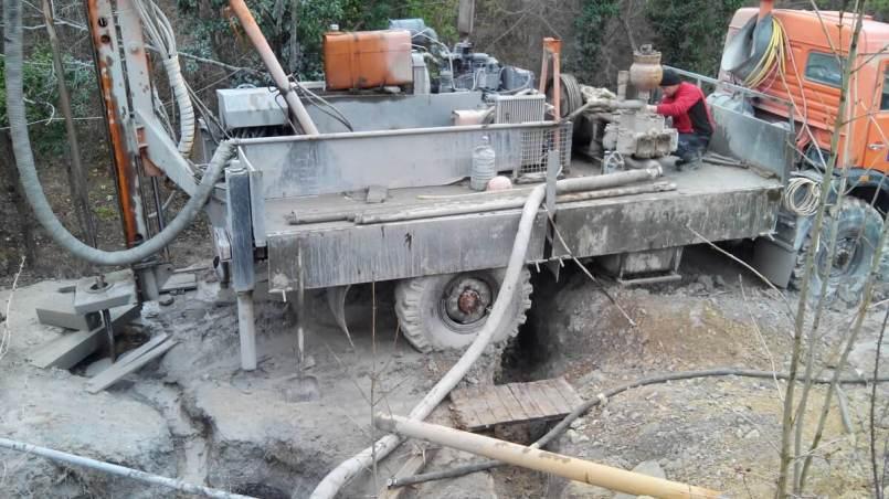 Так можно пробурить скважину на воду в скале