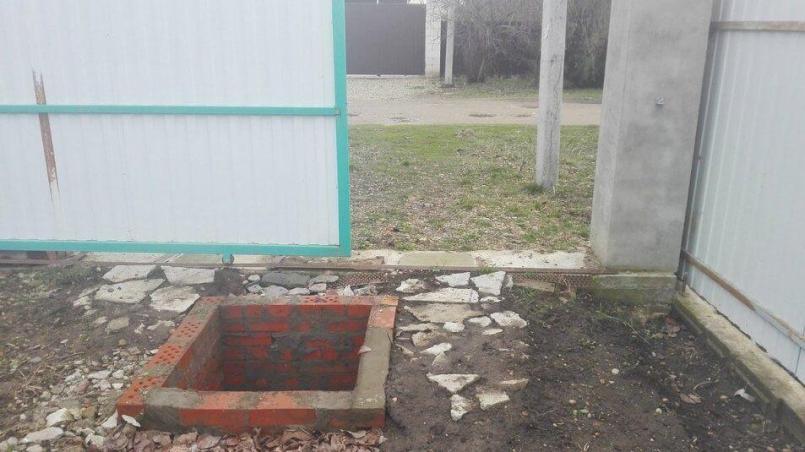 колодец для скважины около въезда во двор