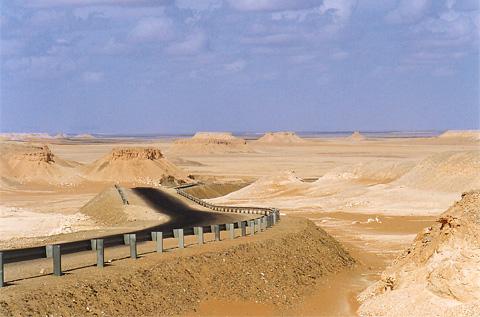 The escarpement road from Farafra to Bahariya