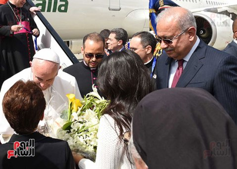Pope Francis welcomed by Egyptian children and the Egyptian prime minister in Cairo, Egypt (source: Youm7)