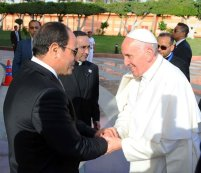 President El-Sisi of Egypt greets Pope Francis and sends farewell at Cairo Airport (source: Youm7)