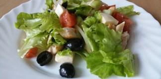 Греческий салат с сыром моцарелла