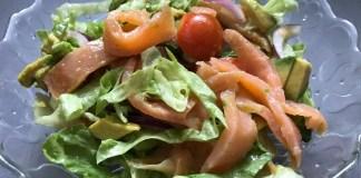 Салат с лососем и авокадо _