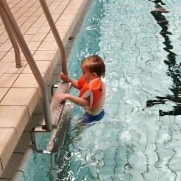 Daniel til svømning på Egholmskolen
