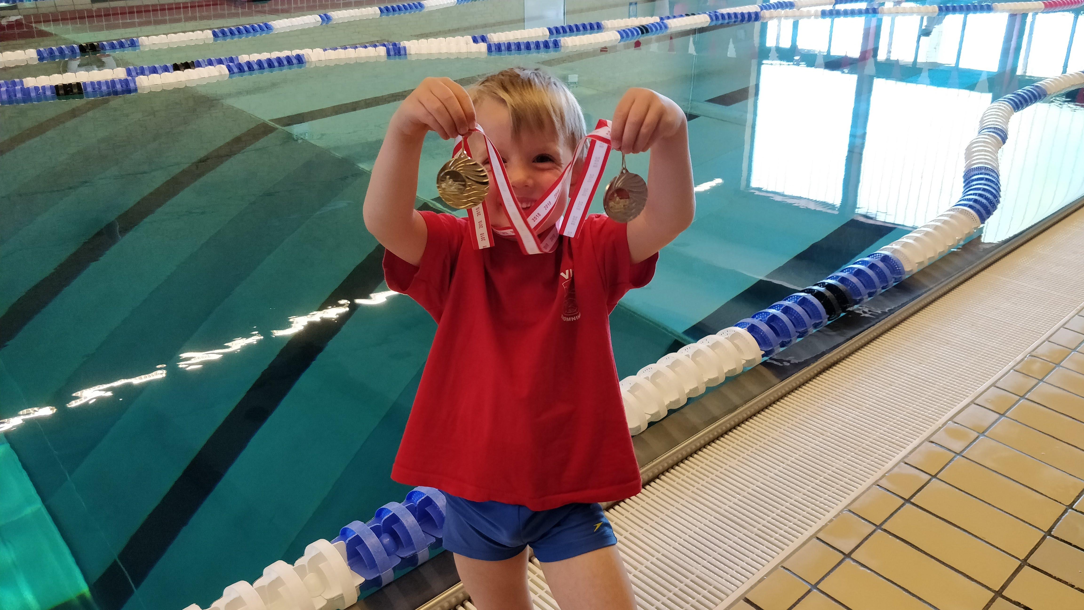 Daniel til svømmestævne