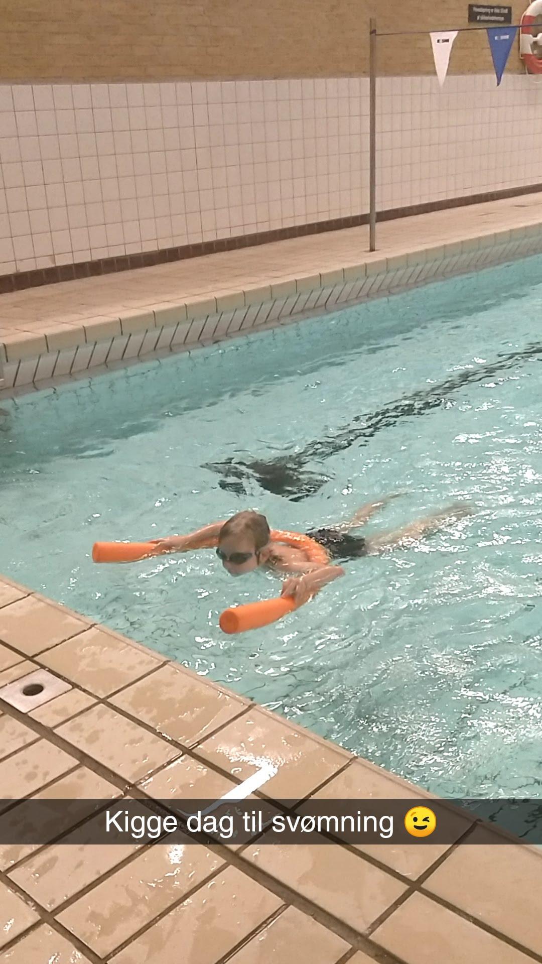 Casper til svømning på Egholmskolen