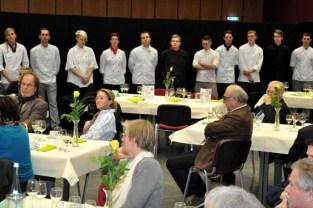 Warteten gespannt auf das Ergebnis der Jury. Die elf besten Koch-Azubis des Landes NRW nach dem zweitägigen Wettbewerb in Kall. (Bild: Reiner Züll)
