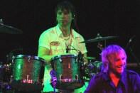 """Obwohl Moderator Tom Sauer Schlagzeuger Dirk Rosenbaum nach dessen furiosen Mitspiels bei Spirit of Smokie als """"neuen Smokie"""" bezeichnete, will der seiner Band """"Flieger"""" weiterhin als Drummer treu bleiben. (Foto: Reiner Züll)"""
