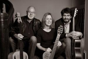 Wilhelm Geschwind, Ulla Haesen und Joao Luis Nogueira (v.l.) spielen in der Buchhandlung Mütters in Münstereifel. Bild: Haesen