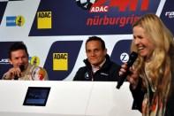 Eve Scheer, Lebensgefährtin des Iversheimer Profi-Rennfahrers Frank Stippler, witzelte bei der Pressekonferenz mit Felix Baumgartner und Axel Hofmann. (Foto: Reiner Züll)