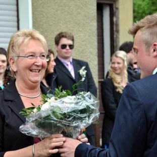 Hötjong Bastian Pütz überreichte der Mutter des Maikönigs einen Blumenstrauß. (Foto: Reiner Züll)