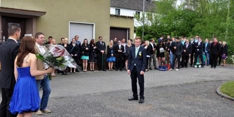 Hötjong Bastian Pütz (Mitte) gratuliert dem neuen Königspaar Andreas Geusen und Anika Bartoly. Ortsvorsteher Guido Keutgen (3.v.l.) bedankt sich beim Maigeloog für die Erhaltung des alten Baruchtumes. (Foto: Reiner Züll)