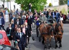 Das Geloog und die Kutsche kommen am Saal Gier an, wo der Maiball beginnt. (Foto: Reiner Züll)