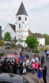 Im Schatten der Kaller Kirche erfolgte der traditionelle Maiwalzer auf der Straße. (Foto: Reiner Zülll)