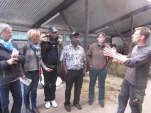 Besuch auf dem Bergfelder Hof Niederbettingen: Austausch der Gäste aus Burkina Faso mit dem Landwirt René Blum (r.). Bild: Andreas Paul