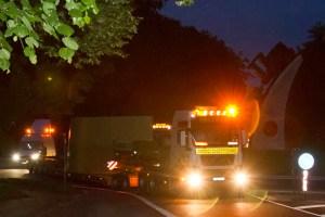 Präzision am Kreisverkehr in Roggendorf: Schwerlasttransporter fädelten sich geschickt durch das Mechernicher Nadelöhr. Bild: Tameer Gunnar Eden/Eifeler Presse Agentur/epa