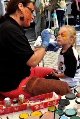 Hilfsgruppen-Mitglied Pia Benz zauberte den Kindern wahre Kunstwerke in deren Gesichter. (Foto: Reiner Züll)