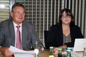 Landrat Günter Rosenke und Monika Schiffer, Leiterin der Beratungsstelle Euskirchen, stellten den Jahresbericht vor. Bild: Walter Thomaßen/Kreispressestelle
