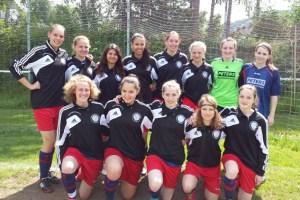 Die Spielgemeinschaft aus Hellenthaler und Olefer Mädchen ist Vize-Mittelrheinmeister der Saison 2013/14 im Fußballbezirk Mittelrhein. Bild: Harry Kunz
