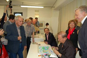 Die Besucher nahmen die Wartezeit gern in Kauf, um in den Besitz eines echten Fazzinos zu kommen. Bild: Josef Kreutzer