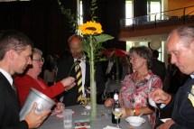 CC-Schaper-Bezirksleiter Steffen Leipard (links) und Angelika Züll von der Hilfsgruppe Eifel verkauften Lose für die Tombola, bei der es ein exklusives Wohnzimmerkonzert des Mallorca-Sängers Fino Gastone zu gewinnen gab. (Foto: Reiner Züll)