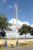 Techniker stabilsieren die Gondel mit langen Seilen. Bild: Michael Thalken/epa