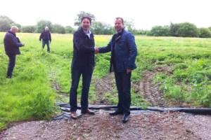 """Erik Bakker (links), Geschäftsführer von """"F&S solar UK"""", und der Technische Geschäftsführer von """"F&S solar"""", Uwe Czypiorski (rechts), auf dem Solarparkgelände in Caddington. Bild: F&S solar"""