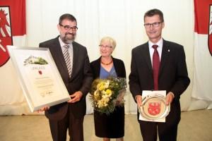 Reinhold Müller (links), hier mit seiner Frau Mechthild, wurde laut Ratsbeschluss vom neuen Bürgermeister Jan Lembach zum Ehrenbürgermeister ernannt und erhielt den Ehrenteller der Gemeinde Dahlem. Bild: Michael Thalken/Eifeler Presse Agentur/epa