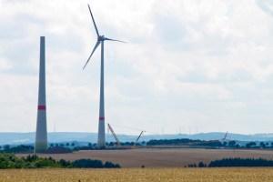 Plangemäß ist das erste Windrad noch im Juli fertiggestellt worden. Bild: Tameer Gunnar Eden/Eifeler Presse Agentur/epa