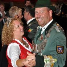War nach dem Volltreffer auf den Königsvogel richtig gut drauf: Schützenkönig Dieter Krahe mit seiner Königin Silke beim Ehrentanz. (Foto: Reiner Züll)