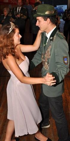 Jungschützenprinz Stefan Beutler tanzte mit seiner Prinzessin Jessica Preußer. (Foto: Reiner Züll)