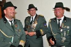 Schützenbrüder im wahrsten Sinne des Wortes. Dieter (links) und Lothat Krahe (rechts) mit Brudermeister Joachim Hees am Schießstand. (Foto: Reiner Züll)